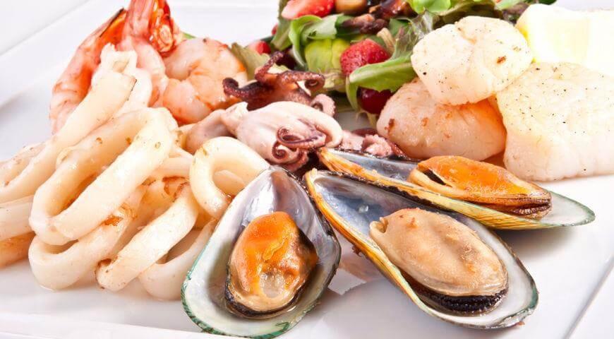Мужчинам пожилого возраста полезно включить в рацион морепродукты